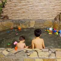 宜兰礁溪温泉 ▶ 春水笈温泉汤屋 ▶ 平价、超大家庭泡汤池 泡汤还可以玩水 双人汤屋$300元、家庭汤屋$580元