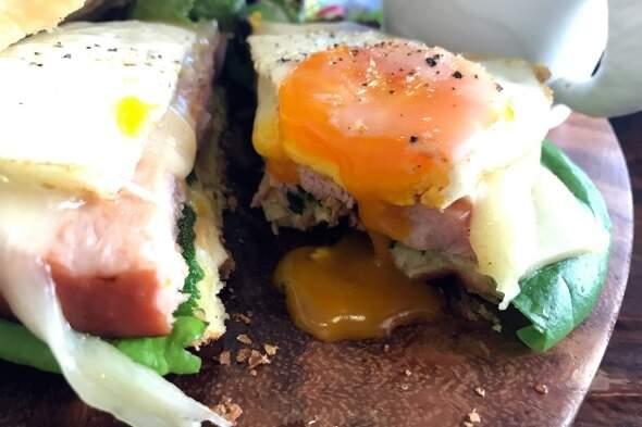 假日Brunch 爆蛋汁鬆餅三明治!