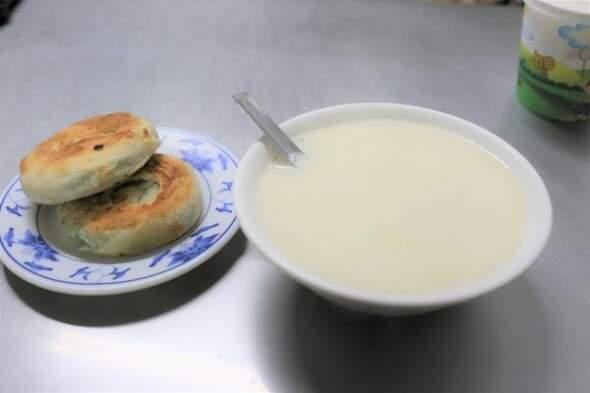香脆蔥油餅+古早味豆漿!名不虛傳50年排隊名店